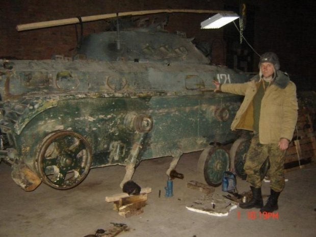 Сільський коваль ремонтує військові автівки