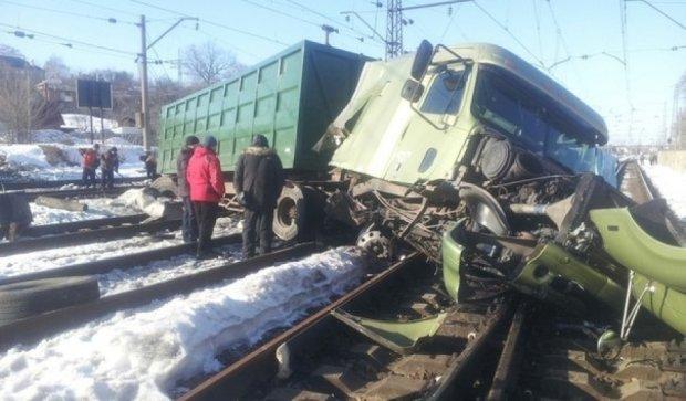 В Харькове грузовик перевернулся на рельсах (фото)