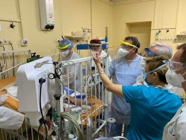 Во Львове 3-летняя девочка, которая находилась на ИВЛ, начала дышать самостоятельно - измученные родители на седьмом небе от счастья