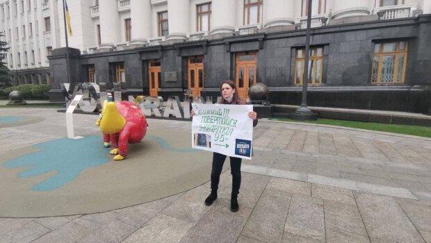 Под Офисом Зеленского прошёл одиночный пикет: Возвращайся в «95 квартал»
