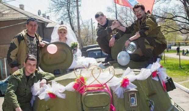 На Донбасі терористи хизуються дорогими авто та відпочинком у кафе (фото)
