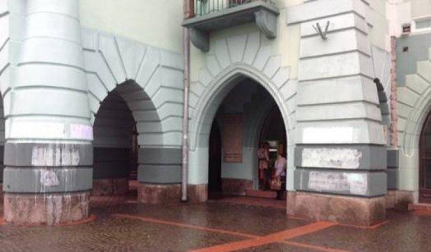 Вандалы осквернили здание ратуши в Мукачево