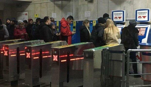Ноу-хау Кернеса дало сбой: в метро Харькова застряли сотни разъяренных горожан, что происходит