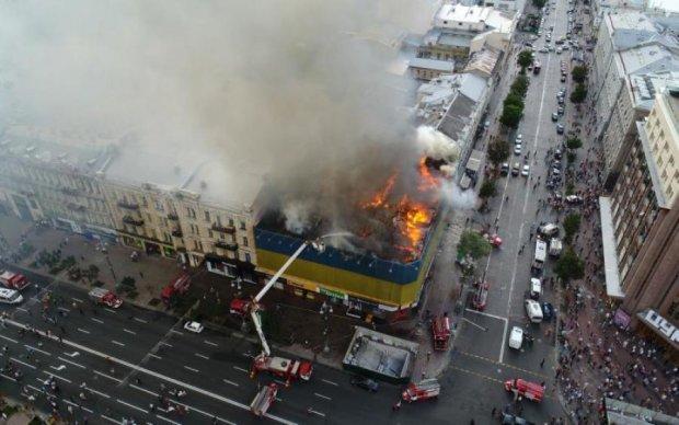 Огонь охватил здание в центре города, вся улица в дыму: фото