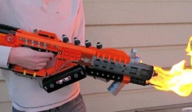 З LEGO зібрали робочий вогнемет (відео)