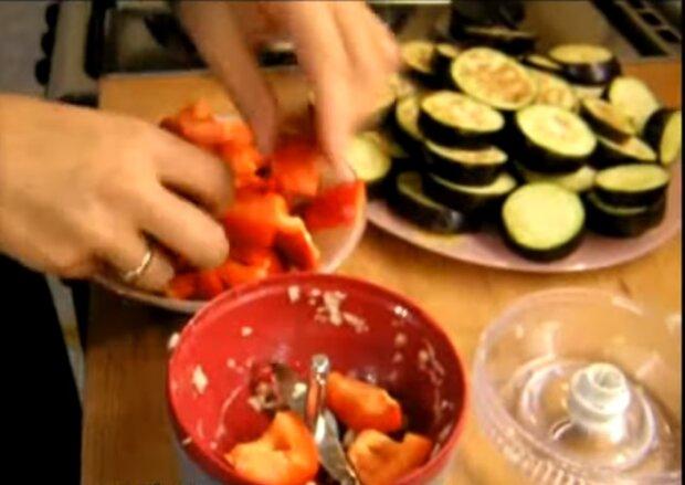 Острая приправа из баклажанов подойдет к мясу и макаронам - запасайтесь летним теплом на холодную пору