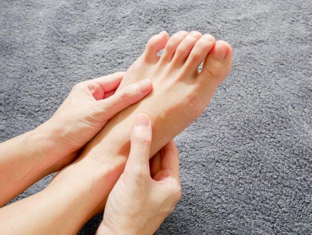 Хрупкие ногти, трещины, запахи: на что намекают ваши стопы