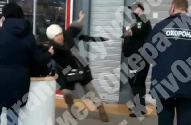 Охранник избил украинку, скриншот: Telegram