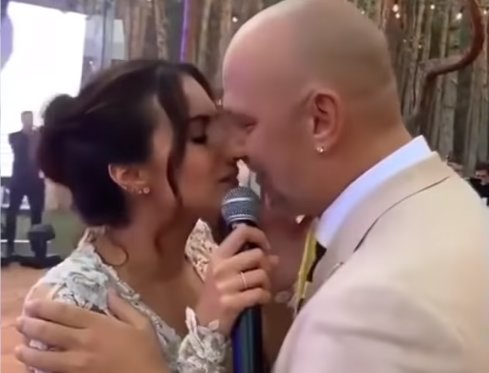 Гаряча штучка: мама Сердючки спокусила відомого шоумена на весіллі Каменських і Потапа