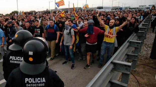 Барселону сколихнули масові протести: поліція застосувала зброю, відео