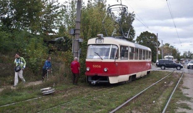 У столичного трамвая на ходу отвалилось колесо (фото)