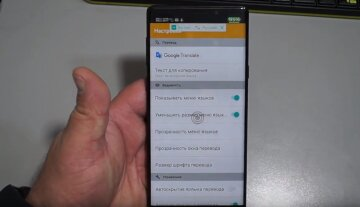 Переводчик на смартфоне. Скриншот из видео. YouTube