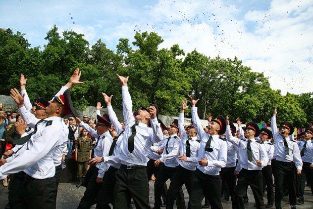 """Поки на Донбасі вмирають герої: у Харкові випускники танцювали під пісню """"Офіцери росіяни"""""""