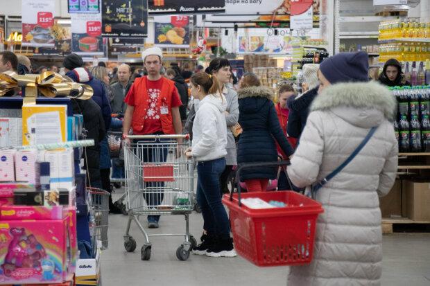 Пустые полки, забитые парковки и километровые очереди: что происходит в супермаркетах 31 декабря