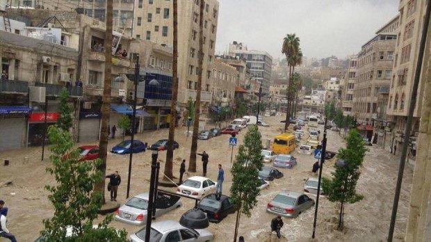 Руйнівна стихія атакувала цілу країну, десятки постраждалих, тисячі намагаються врятуватись