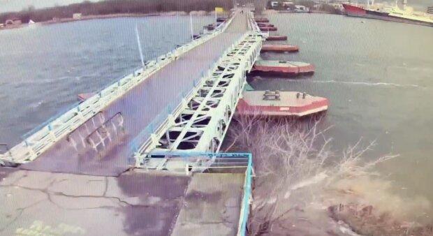 Потужний вітер вирвав з корінням міст біля Чорного моря - бетонні плити впали у воду, нікому не проїхати