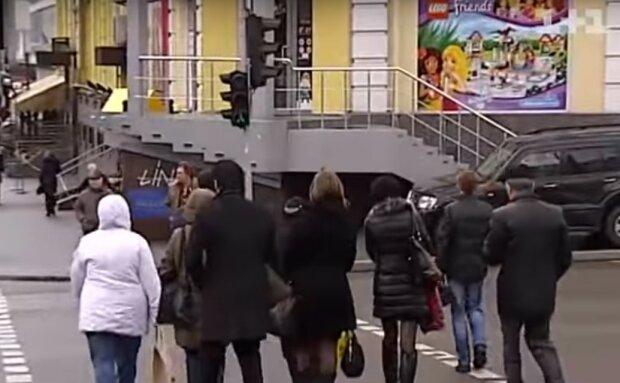 людная улица, Киев, скриншот из видео