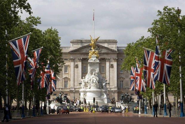 """Королева у вбранні """"гуцулочки"""" підкорила Лондон, яскраві фото"""