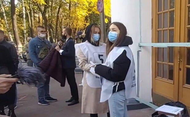 На дільниці Петра Порошенка активно відповідають на питання Зеленського: чекають експрезидента