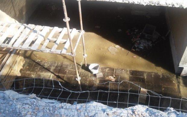 Киевский подземный переход превратился в бассейн - фото