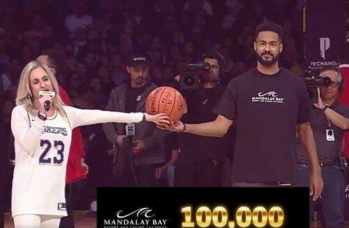 Баскетбольный болельщик выиграл $100 тыс. на матче любимой команды