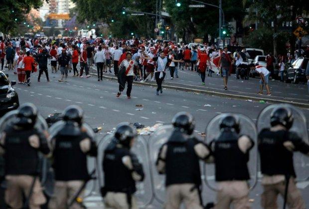 Шалені фанати атакували автобус з футболістами, є постраждалі: відео
