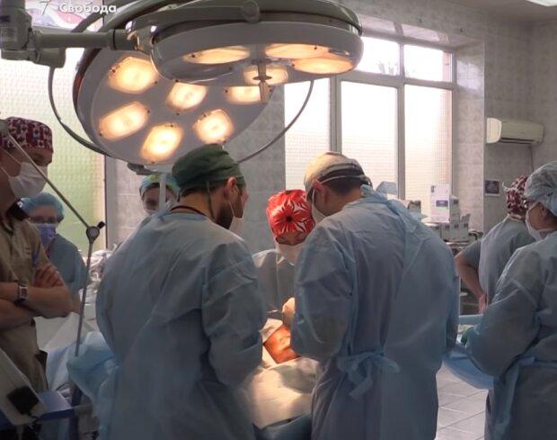 хирурги, скриншот из видео