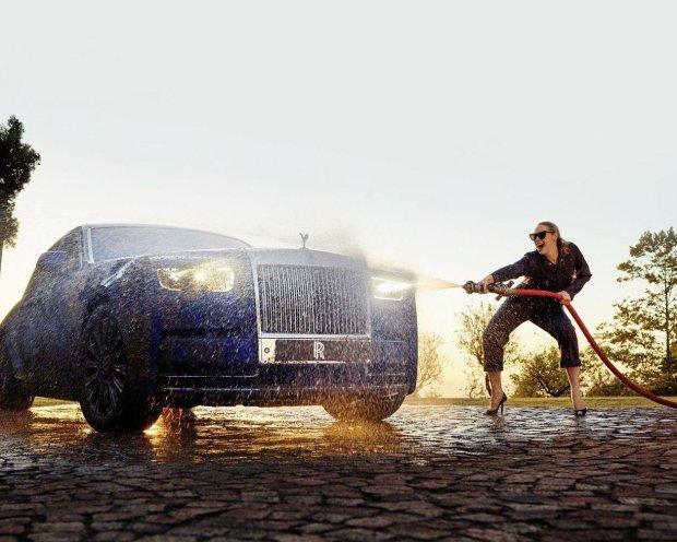 """Зірка """"Гри престолів"""" розбурхала фантазію фанів у розкішному ролику Rolls-Royce"""
