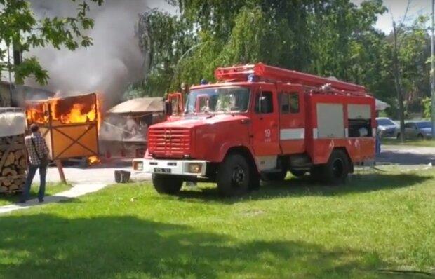 """Возле аэропорта """"Киев"""" вспыхнул масштабный пожар, спасатели летят с тоннами воды - первые подробности"""
