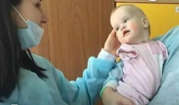 Маленька Василина народилася без рук, рідна мати навіть не глянула - знайшла щастя в чужій родині