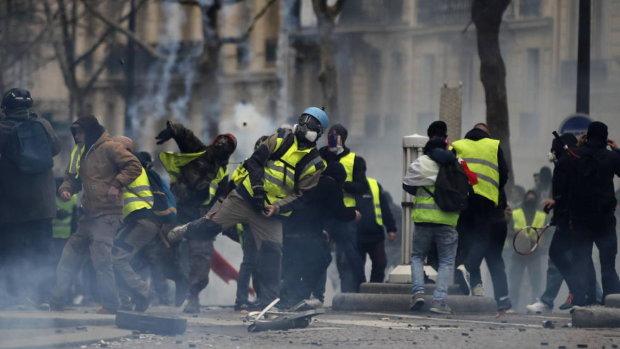Макрон ввел во Франции чрезвычайное положение, дела совсем плохи, протесты усиливаются