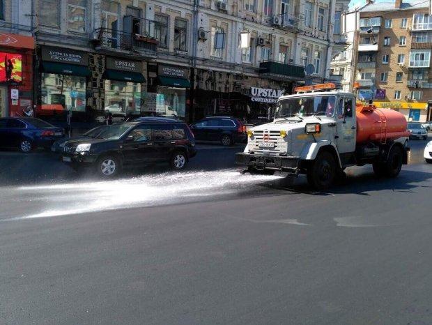 В Киеве в усиленном режиме поливают дороги: известна причина