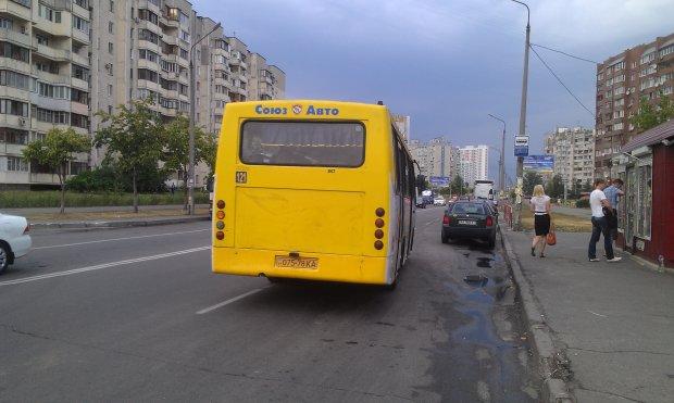 Неизвестные напали на киевскую маршрутку: пассажиры с детьми в ловушке, умоляют о помощи
