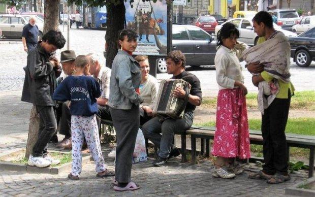 Никто не вступился: десяток агрессивных цыган избили палками детей