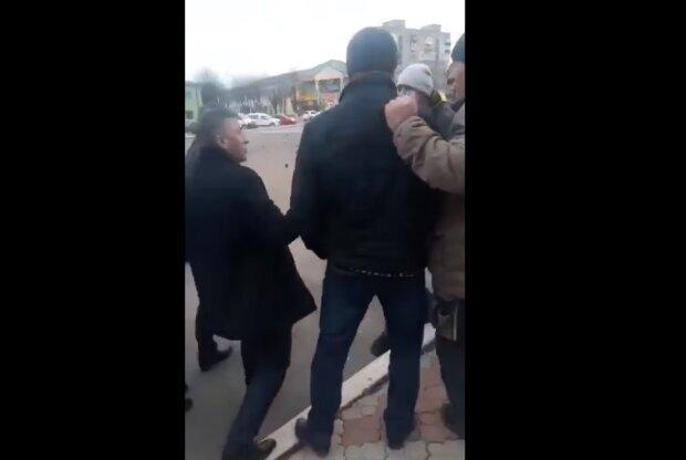 """Хмельницкий депутат Лабазюк устроил драку с избирателями: """"Быки, завалите е*ало!"""""""