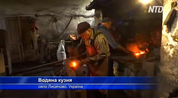 """Унікальна водяна кузня на Закарпатті притягує туристів зі всієї України: """"Їй більше 250 років"""""""