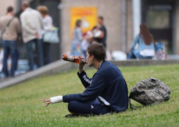 """Українських алкоголіків хочуть """"цивілізувати"""" гривнею"""