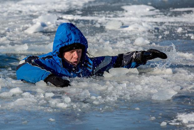 Полиция провалилась под лед: видео экстремального спасения рыбака