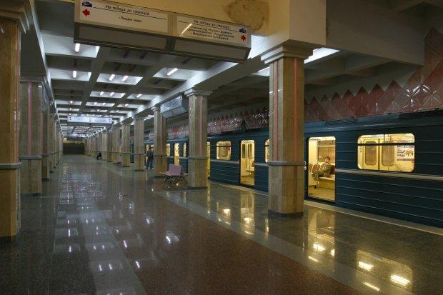 У Харкові підлітки увірвались в метро, протестуючи проти подорожчання проїзду: перестрибували турнікети, відео