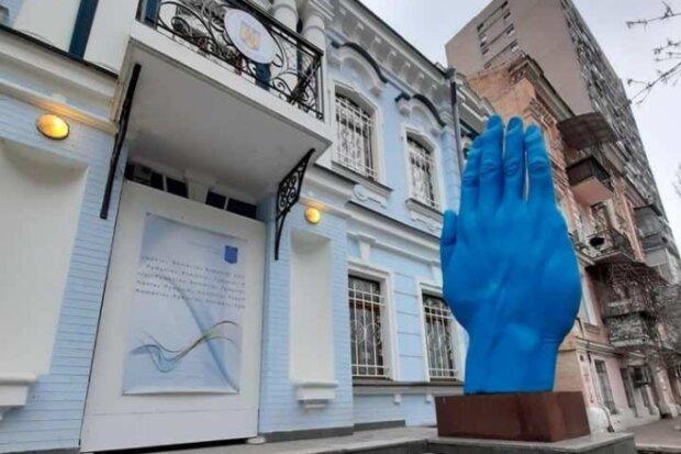 В Киев вернулась синяя рука, скриншот Facebook