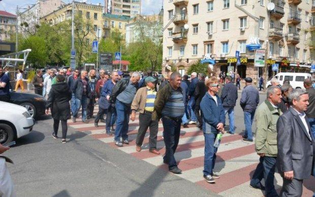 """""""Рева, віддай наші гроші!"""" У Києві мітингувальники викликали транспортний колапс і гнів городян"""