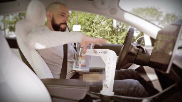 Зможе користуватися і водій, і пасажир: власникам машин Tesla продаватимуть робота для оральних утіх