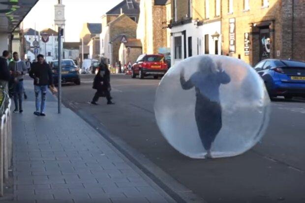 Британка в пластиковом шаре, скрин с видео