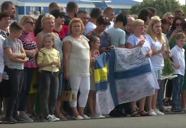Узники Путина уже на родной земле: Украина слезами встречает политзаключенных