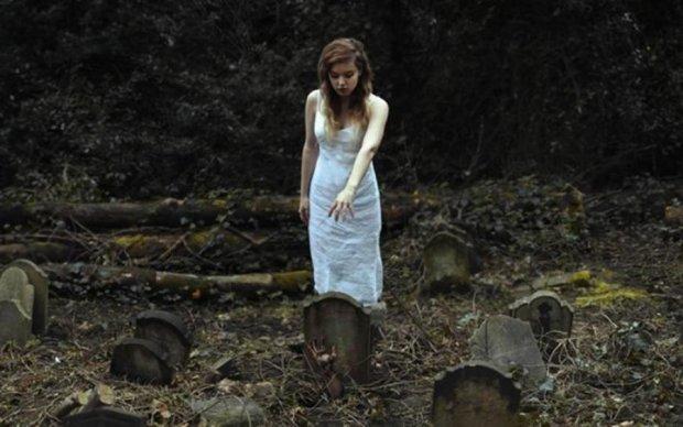 Пожартуй над нею: дівчина риє собі могилу, а сміється вся Росія