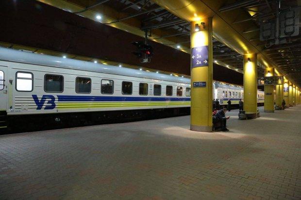 Укрзалізниця перевозить пасажирів у затоплених вагонах: бруд, холод і протікаючий дах