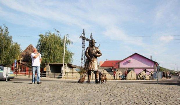 Ромы Закарпатья фотографируются с метлами в знак протеста против памятника