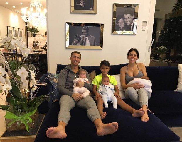 Кохана Роналду з дітьми прикрасили їх будинок до Різдва