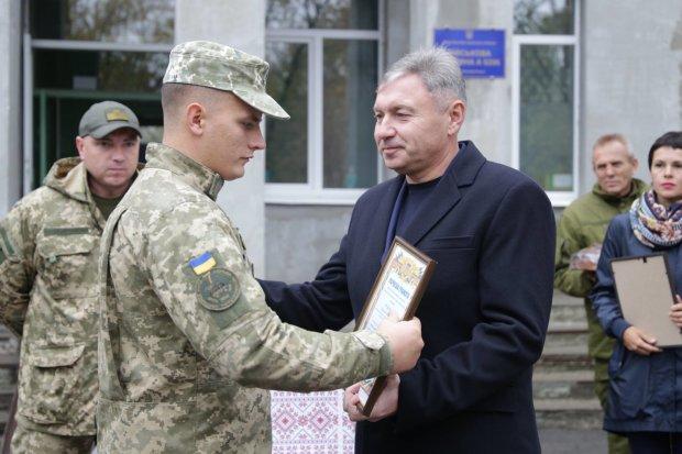 """Вантажівки з """"чорним золотом"""" на блокпостах: губернатор Гарбуз тихцем розпродає Луганщину"""