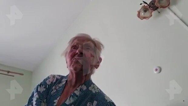 Побита бабуся / скріншот з відео